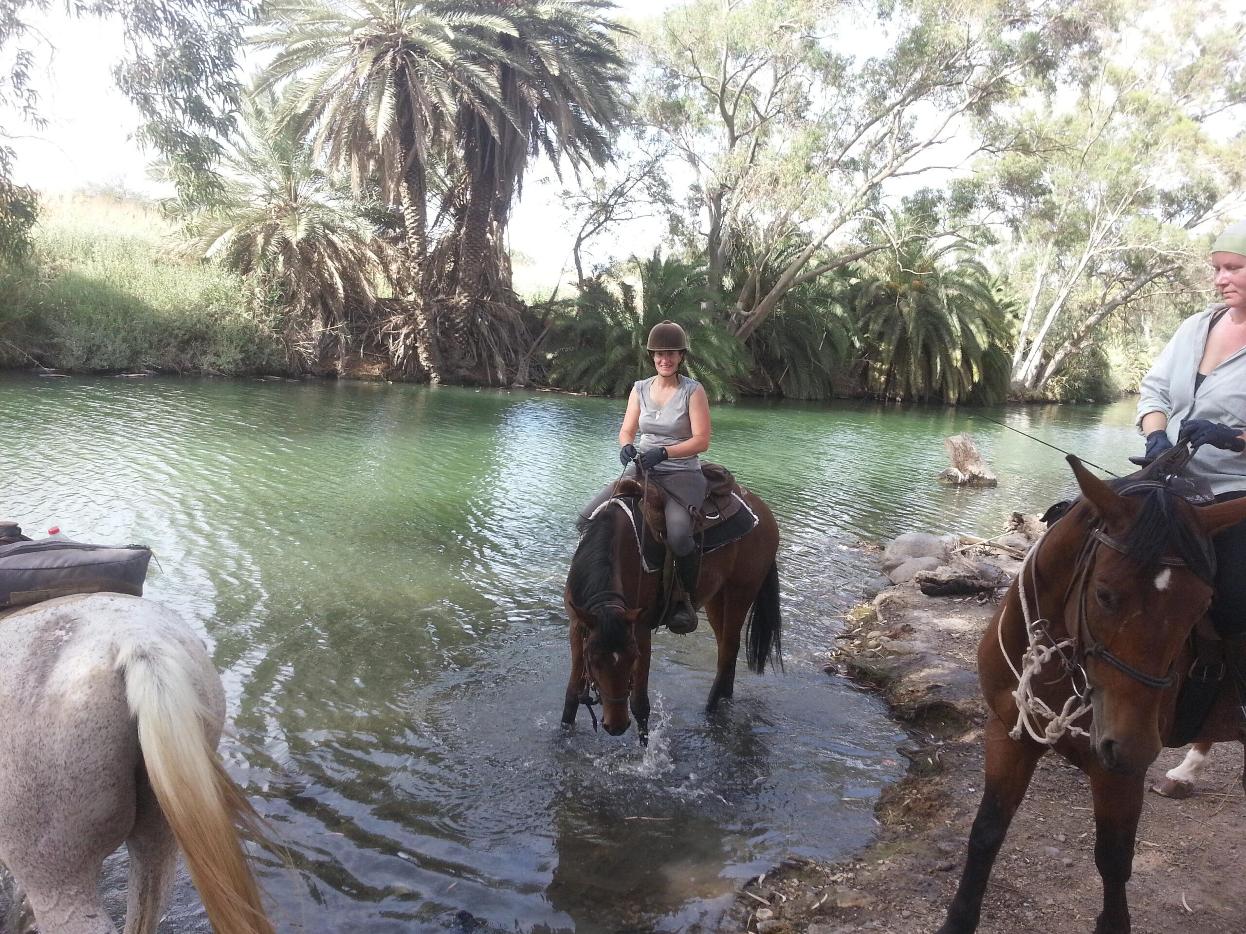 Ik ontmoette Josh op één van mijn mooiste reizen ooit: te paard dwars door de Namib Desert, slapen naast de paarden onder een gigantische sterrenhemel. Dankzij deze beeldcompilatie kon ik terugdromen, mijmeren en herbeleven. Thank you Josh Bava 😍 https://www.inthesaddle.com/rides/namib-desert/